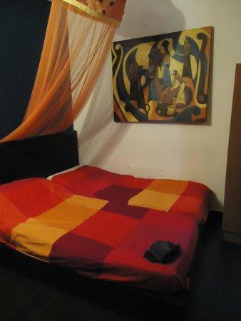 Bed & Breakfast Globetrotter Catania: chambre de deux lits vraiment petite les lits se touchent presque