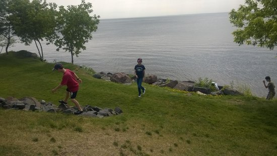 Beacon Pointe Resort: Kids Playing in front of Hotel a the Rocky Shoreline