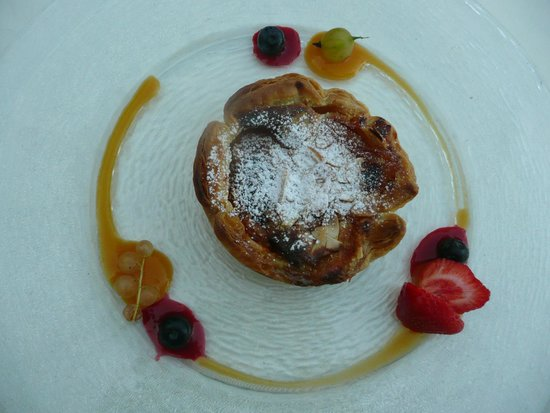 La Bruceliere: My very disappointing Apricot Dessert - pastry was inedible