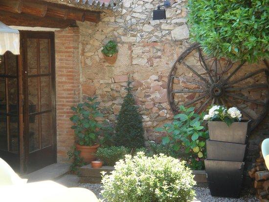 Cocina de temporada en casa r stica de pueblo con terraza for Terrazas rusticas techadas