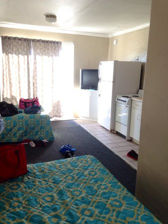 Palm Grove: Our room. Average motel room though not the bed setup I thought I booked