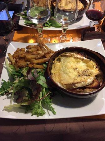 Hotel Concorde: Camembert au four + charcuterie, salade, frite ! Plat et surtout très bon !
