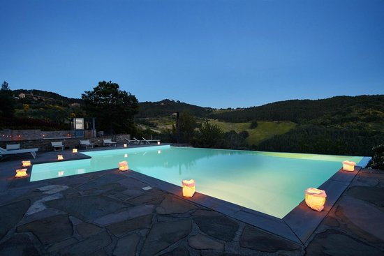 Locanda del Gallo: Swimming pool by nightfall