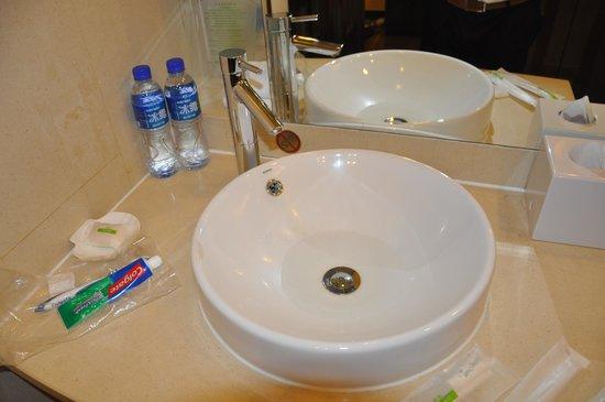 Holiday Inn Downtown Beijing: Washroom