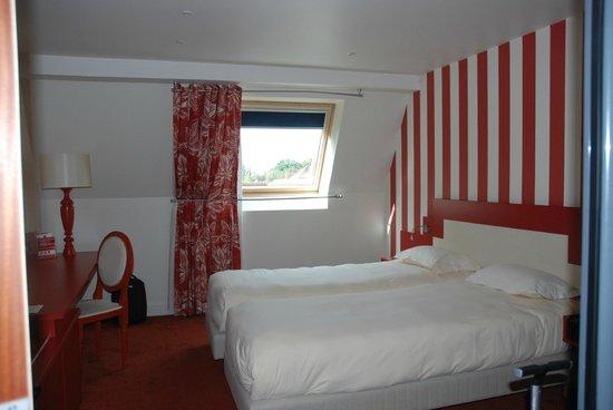 Hotel La Maison Rouge : Chambre donnant sur l'arrière de l'hôtel