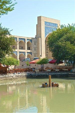 Kukeltash Madrasah: Vista dalla piazza