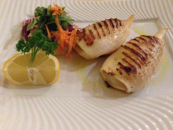 il Ristorante : Le calamar grillé - les pates à l'ail sont servies à part