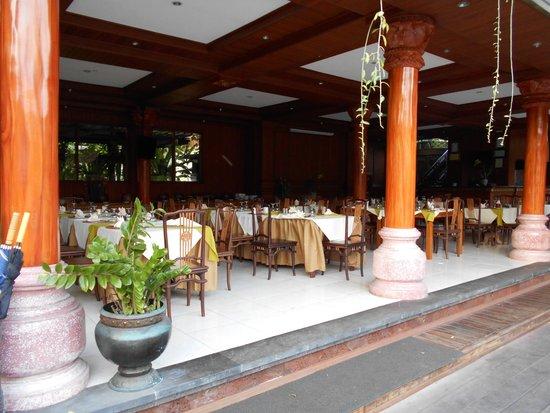 Bhuwana Ubud Hotel: Restaurant by pool