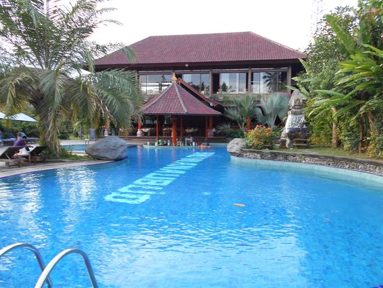 Bhuwana Ubud Hotel: Pool with restaurant at the back