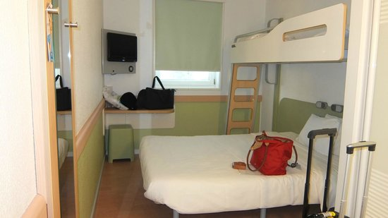 ibis budget Zurich City West: triple sharing room. 3rd bed a bunk bed. no A/C