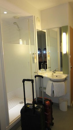 ibis budget Zurich City West: shower inside the room