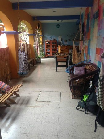 Azul Cielo Hostel: The check out area, there are some couches to sit and rest.