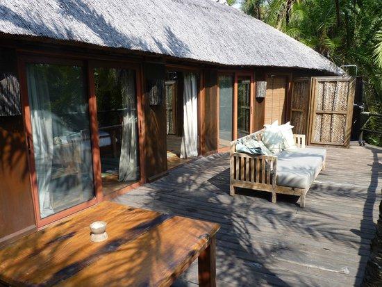 Saadani River Lodge: Deck, outside shower at far end