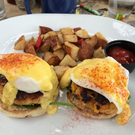 Harbor House Restaurant : Yum yum! Crab cake benedict!