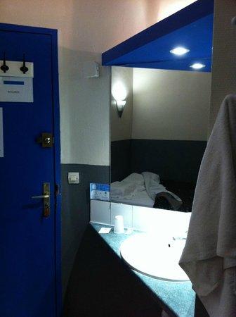 Hotel Chopin: Lavabo a coté de la porte pâlière