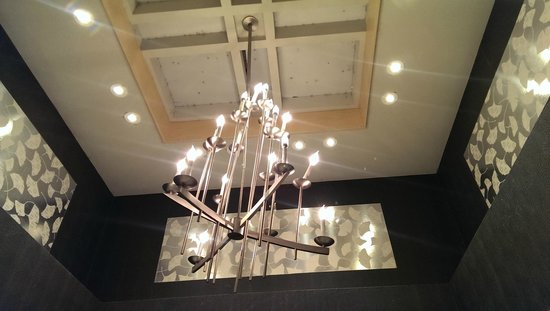 3 Palms Hotel: Lobby Chandelier. Clean the cobwebs!