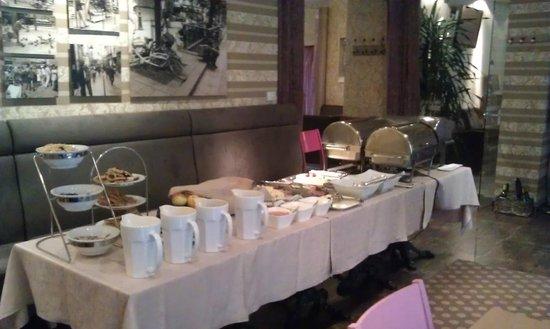 Algirdas City Hotels: Завтрак в зале ресторана