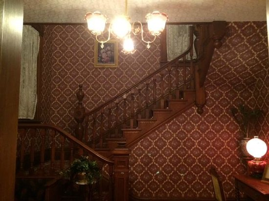 Stone-Yancey House Bed and Breakfast : Staircase