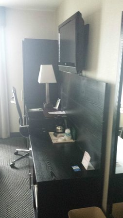 Comfort Inn Times Square South: Desk and TV