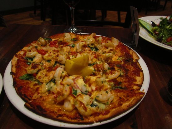 Station Bar & Wood Fired Pizza: Pizza with prawns
