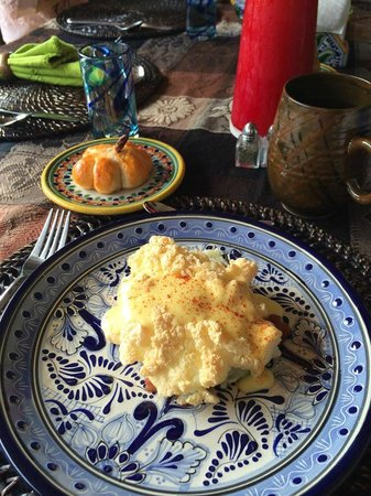 Casa Chocolate Bed and Breakfast : Cloud Eggs and Pumpkin shaped roll - delicious!