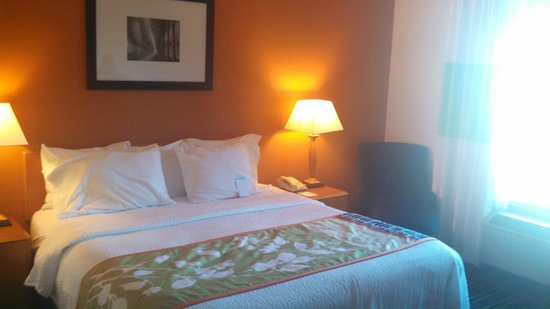 Fairfield Inn & Suites Bend Downtown: Clean and comfortable standard room with good furnishings