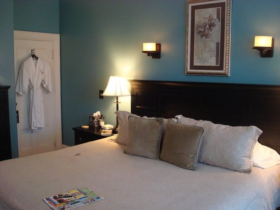 The Chadwick Bed & Breakfast: King size bed in Chamberlain room