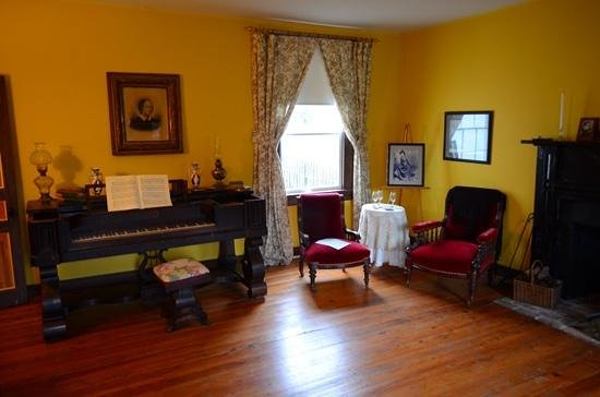 Belle Boyd Cottage: parlor