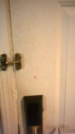 Quality Suites Hunt Valley: Door inside the room
