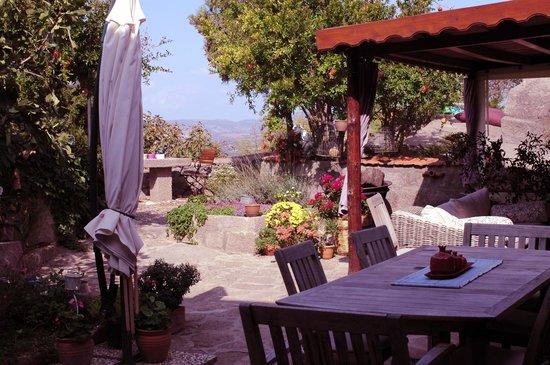 Assos Nar Konak: Parte del patio