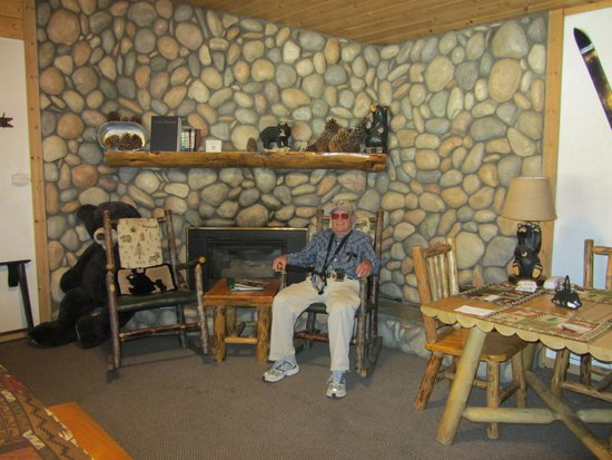 Fireside Lodge Bed and Breakfast: Cozy area to rock.