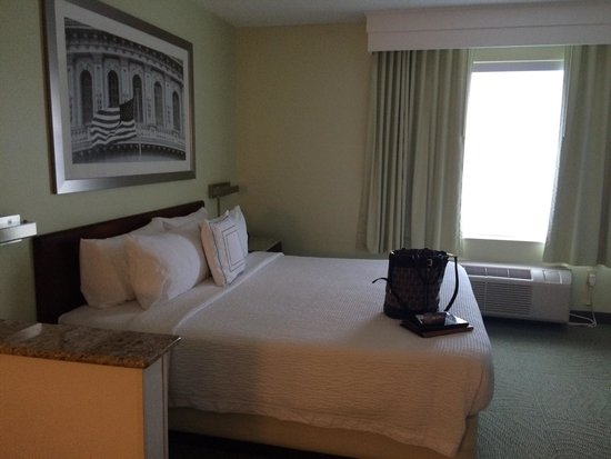 SpringHill Suites Herndon Reston: Very comfortable bed and bedding.
