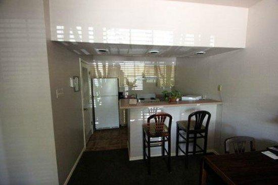 Habitat Suites Hotel: Kitchen
