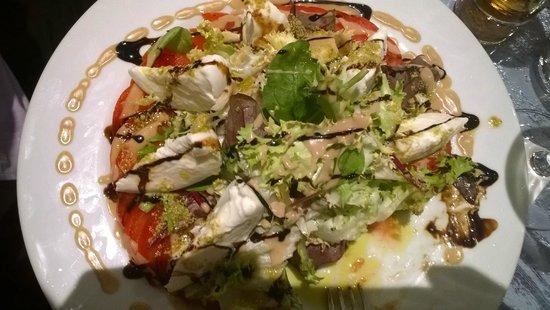 Chez Papa Fred: Entrée : Grande assiette de tomate et mozzarella