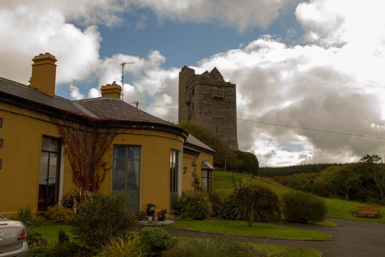 ‪‪Ballinalacken Castle Country House‬: Hotel and castle‬