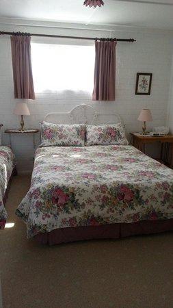 Lester Cottages : Oak cottage bedroom