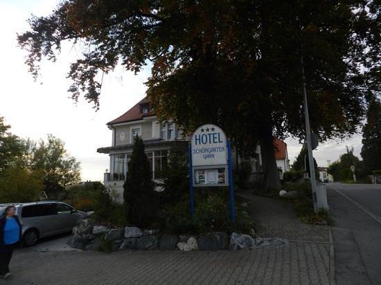 Hotel Schöngarten Garni: entrada al estacionamiento