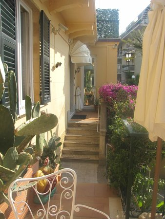 Hotel Villa Anita: Picturesque Hotel Grounds