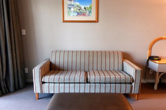 Shoreline Motel Napier: Room sofa