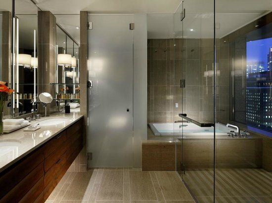 Terrace suite bathroom picture of palace hotel tokyo for 5 star bathroom designs