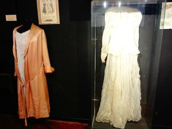 Museo historico municipal Roberto Barilli: Trajes en exhibición