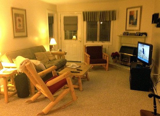 Nordic Inn Condominium Resort: Living room, TV, Fireplace.