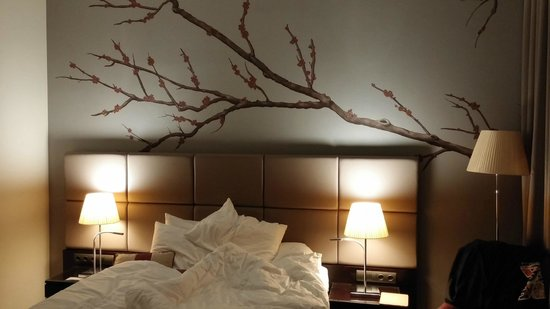 Crowne Plaza Berlin - Potsdamer Platz: Lovely wall art in an otherwise simple room. Classy.