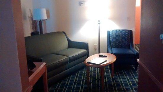 Fairfield Inn & Suites Laredo: Habitación amplia con pequeña sala.
