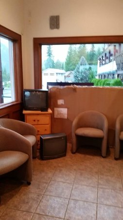 Office area, Peaks Lodge  |  Box 1061 , Revelstoke, British Columbia V0E 2S0, Canada
