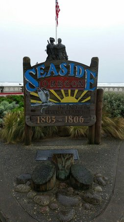 Shilo Inn Suites Hotel - Seaside Oceanfront : Turnabout outside hotel