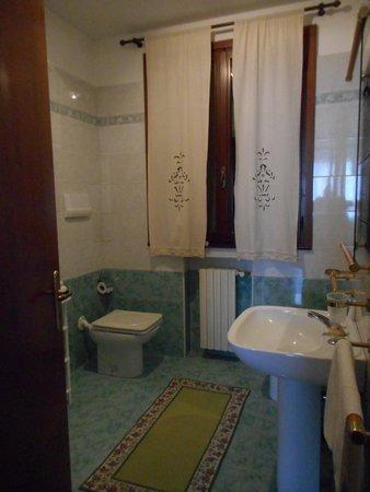 B&B Al Ponte : shower against door wall on left ... leaked a bit