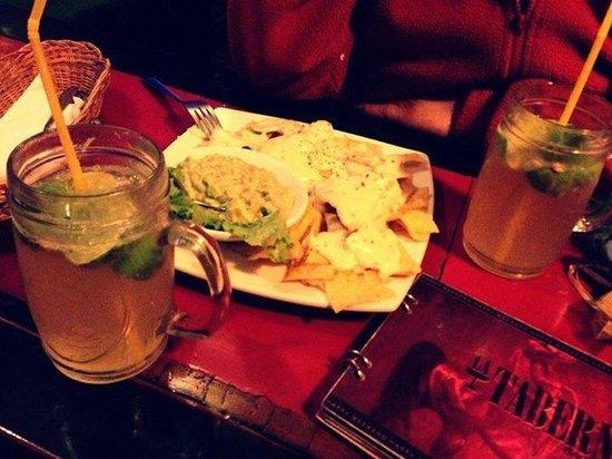La Taberna Bar &Grill : Machos con queso y una michelada mmmmm