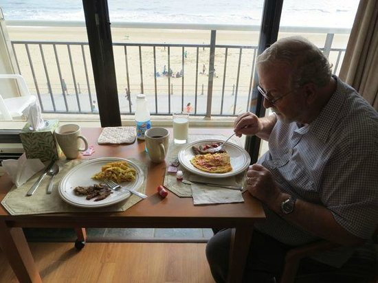 Four Sails Resort: Breakfast overlooking the beach and ocean