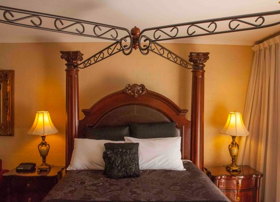 Albury Manor House: Four poster bed